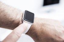 Homme portant une montre intelligente — Photo de stock