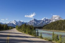 Canada, Alberta, Jasper National Park, Banff National Park, Icefields Parkway along Athabasca River — Stock Photo