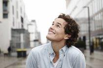 Портрет молодої людини, шукаючи — стокове фото