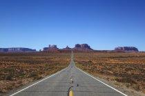 Видом на Monument Valley і 163 автомагістралі в денний час, штат Юта, США — стокове фото