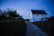 Österreich, Niederösterreich, Weinviertel, Kellergasse am Abend — Stockfoto