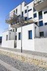 Deutschland, Hessen, Frankfurt-Riedberg, Blick zum modernen Mehrfamilienhaus mit Balkonen, Teilansicht — Stockfoto