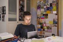 Weibliche Schüler Hausaufgaben mit digital-Tablette — Stockfoto