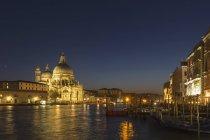 Italia, Venezia, Chiesa di Santa Maria della Salute al Canale Grande illuminata di notte — Foto stock