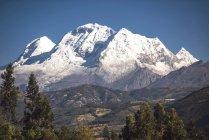 Peru, pico de montanha coberto de neve na Cordilheira Blanca do Parque Nacional HHuascaran — Fotografia de Stock
