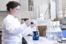 Analyste alimentaire féminine travaillant en laboratoire — Photo de stock
