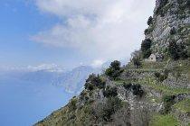 Italia, Campania, Costiera Amalfitana, casa e campo terrazzato — Foto stock