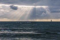 USA, Hawaï, Oahu, Mer au coucher du soleil avec voilier — Photo de stock
