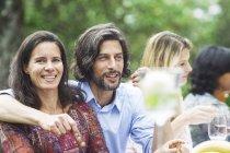 Feliz celebração, o casal em uma festa de jardim — Fotografia de Stock