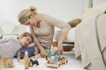 Mutter spielt Spielzeug mit Tochter — Stockfoto