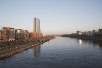 Германия, Гессен, Франкфурт, вид на берегу реки Майн и Европейского центрального банка в фоновом режиме — стоковое фото