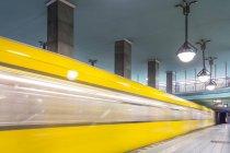 Deutschland, berlin, U-Bahnhof lindauer allee mit fahrender U-Bahn — Stockfoto