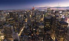 Malerischer Blick auf Gebäude von New York am Abend, New York City, USA — Stockfoto
