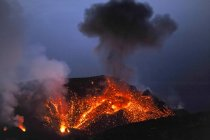 Италия, Стромболи, светящейся лавы и дым вулкан Стромболи — стоковое фото