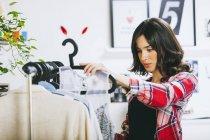 Weibliche Mode-Blogger mit Kleidung in ihrem Büro — Stockfoto