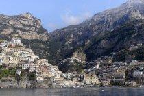 Italia, Campania, Positano, vista delle case sulla collina sopra l'acqua — Foto stock