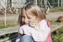 Счастливая девушка обнимает котенка в Континисайде — стоковое фото