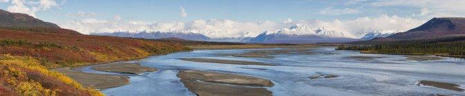 Landscape in autumn with Susitna River and Alaska Range on background, Alaska, USA — Stock Photo