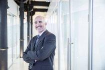 Empresário sorrindo confiantemente — Fotografia de Stock