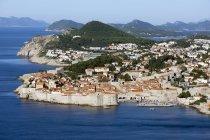 Croazia, Dubrovnik, vista elevata alla linea di costa con centro storico — Foto stock
