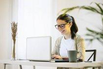Donna che lavora con il computer portatile al moderno home office — Foto stock