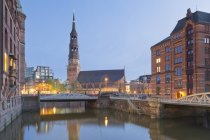 Germany, Hamburg, Bridge and church view in Speicherstadt — Stock Photo