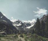 Italia, Lombardía. Vista diurna del sendero glaciar y senderismo - foto de stock