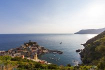 Italy, Liguria, Cinque Terre, View of fishing village Vernazza — Stock Photo