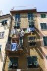 Itália, Cinque Terre, Província de La Spezia, Ligúria, Riomaggiore, Lavandaria em varal em casa — Fotografia de Stock