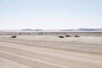 Африка, Намибия, пустыня Намиб, гравийная дорога перед пейзаж — стоковое фото