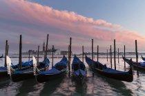 Італія, Венеція, гондоли та Церква Сан-Джорджо-Маджоре у заході сонця світлі — стокове фото