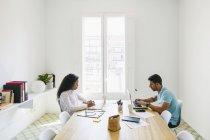 Молодий підприємець і жінки, що працюють разом в офісі — стокове фото
