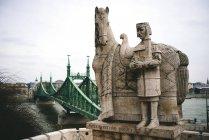 Ungarn, Budapest, Stein Skulptur des Heiligen Stephan und Liberty bridge — Stockfoto