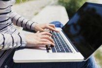 Mujer usando laptop, primer plano - foto de stock