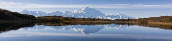 Мак-Кінлі і Аляска діапазон з озером в Denali National Park, Аляска, США — стокове фото