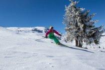 Svizzera, Grigioni, Obersaxen, sciatrice alpina sciare in montagna — Foto stock