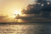 Stati Uniti d'America, Hawaii, Oahu, tramonto con raggi di luce sul mare — Foto stock