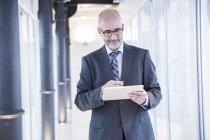 Бізнесмен, використовуючи цифровий планшетний — стокове фото