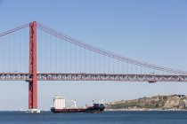 Portugal, Lisbonne, vue de 25 de Abril Bridge au Tage et ferry boat — Photo de stock
