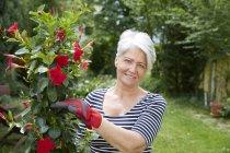 Portrait de femme souriante dans le jardin — Photo de stock