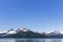 Вид на заснеженные горы в дневное время, Бэй Воскресения, Сьюард (Аляска), США — стоковое фото