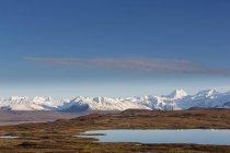 Осінній пейзажний вид на Алясці діапазон під Синє небо хмарно, Аляска, США — стокове фото