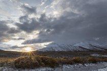 Мальовничий вид на Демпстер шосе і Огілві гори на надгробок територіальних парк, Сполучені Штати Америки — стокове фото