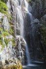 États-Unis, Alaska, Seward, Resurrection Bay, vue sur la cascade de Cataract Cove — Photo de stock