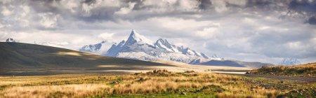 Панорамний вид на засніжені гори в Huaraz, Перу — стокове фото
