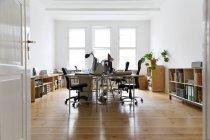 Arbeitsplatz in leeren Büroräumen — Stockfoto