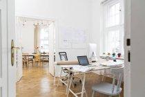 Espaço de trabalho no escritório vazio dentro de casa — Fotografia de Stock