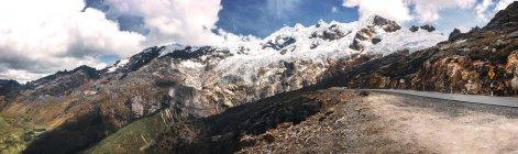 Vista panorâmica das montanhas nevadas em Huaraz, Peru — Fotografia de Stock