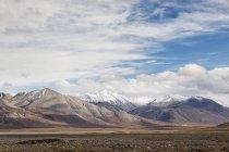 Ruscello della gamma della montagna con cielo nuvoloso su sfondo, Alaska, Stati Uniti d'America — Foto stock