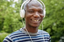 Портрет улыбающегося африканца в наушниках — стоковое фото